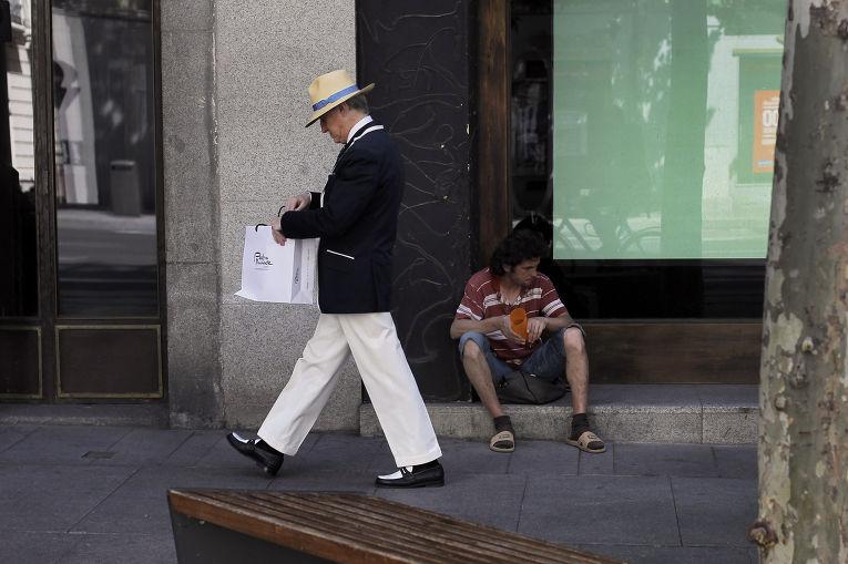 Прохожие на улице в Мадриде
