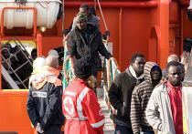 Спасенные мигранты в порту Лампедузы