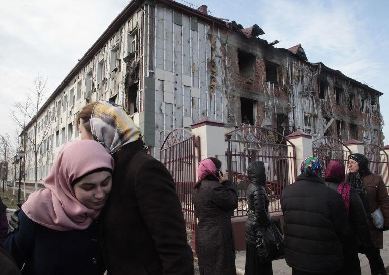 Женщины у Дома печати в Грозном, где произошел теракт