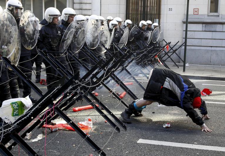 Участник демонстрации европейских рабочих и профсоюзов в Брюсселе