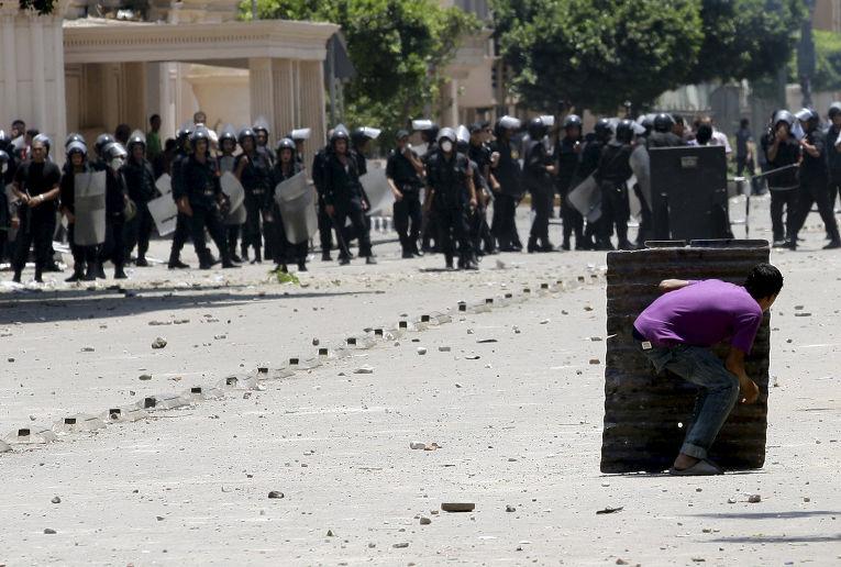 Столкновения протестующих с полицией у здания Министерства внутренних дел в Каире