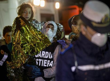 Спасение потерпевших кораблекрушение мигрантов, город Поццалло, Сицилия