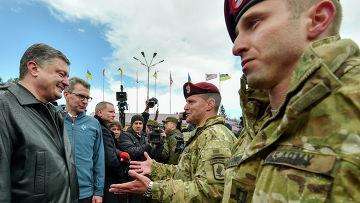 Президент Украины Петр Порошенко с десантниками 173-й бригады армии США