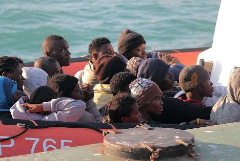 Мигрантов, чья лодка перевернулась у берегов Ливии, доставляют в Порт-Эмпедокле на Сицилии