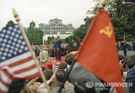 Генеральный секретарь ЦК КПСС Леонид Брежнев и президент США Ричард Никсон во время официальной встречи у Белого дома.