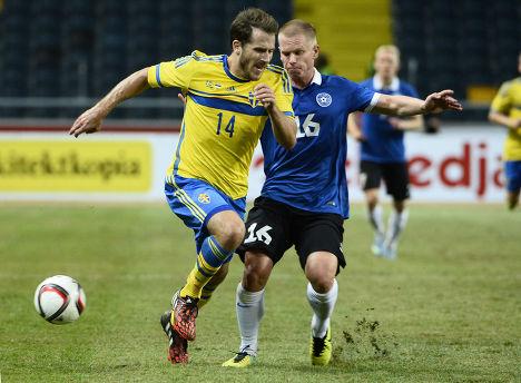 Эстонец Илья Антонов (справа) и швед Тобиас Хайсен во время товарищеского матча в Стокгольме
