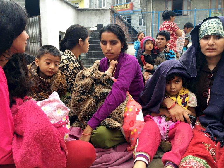 Люди во дворе школы после землетрясение магнитудой 7,7 в Непале