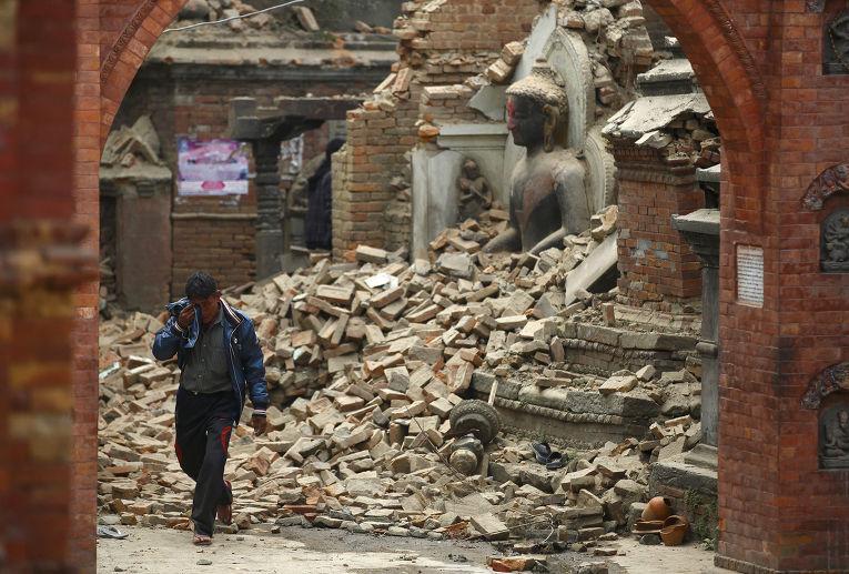 Статуя Будды среди руин зданий после землетрясения в Бхактапуре, Непал