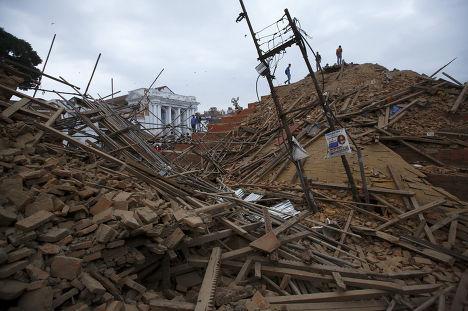 Спасатели ищут пострадавших во время землетрясения в Катманду