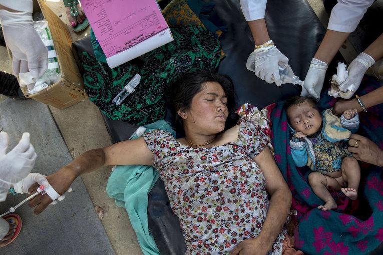 Пережившим землетрясение женщине и ребенку оказывают медицинскую помощь