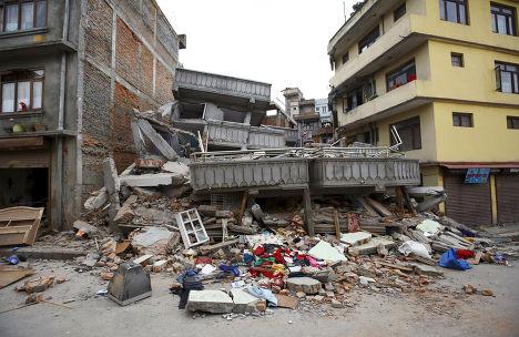 Разрушенное во время землетрясения здание в Катманду, Непал