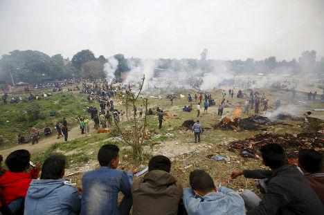 Кремация тел погибших во время землетрясения в Бхактапуре