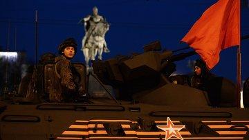 Военнослужащие на бронетранспортере БТР-82А во время репетиции парада Победы на Тверской улице в Москве