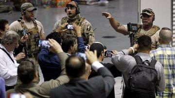 Полицейские на месте стрельбы на выставке карикатур на пророка Мохаммеда в Техасе