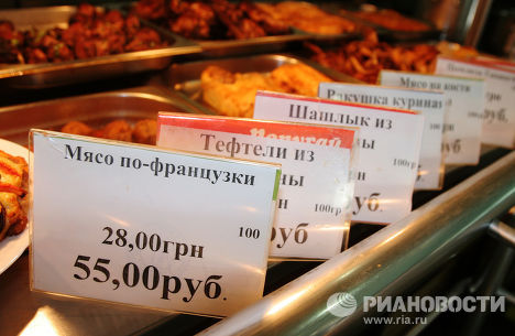 Цены в гривнах и рублях в одном из продовольственных магазинов Донецка