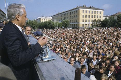 Председатель Верховного Совета РСФСР Борис Ельцин выступает перед жителями Междуреченска, 1990 год