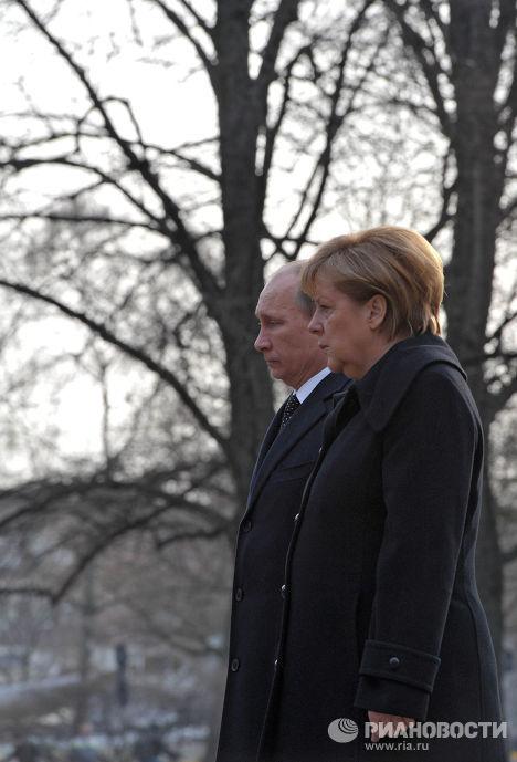 Владимир Путин и Ангела Меркель в Ганновере на церемонии возложения венка к памятнику гражданам СССР и других стран - жертвам нацистского режима