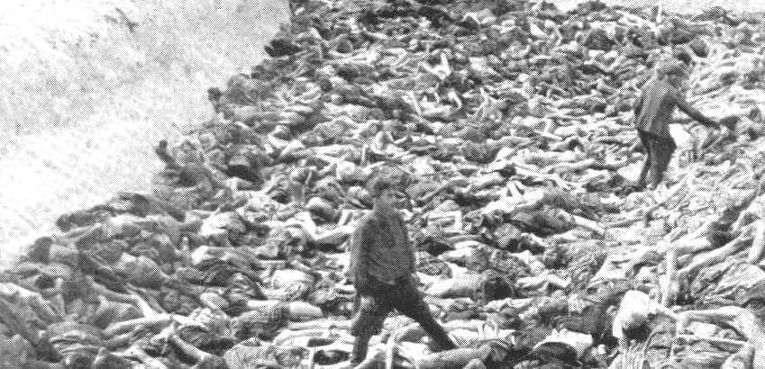Офицер войск СС Фриц Кляйн на горе трупов в концлагере Берген-Бельзен