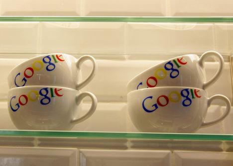 Чашки с логотипом Google в парижском офисе компании