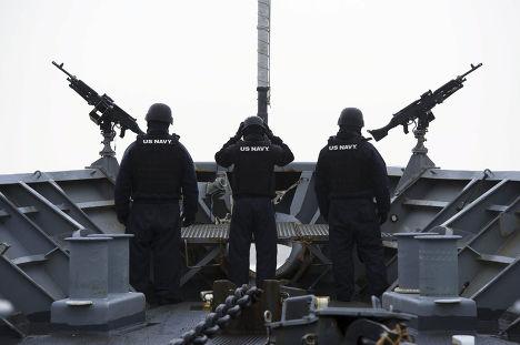 Американские военные на борту USS Viksburg принимают участие в учениях НАТО Dynamic Mongoose у побережья Норвегии