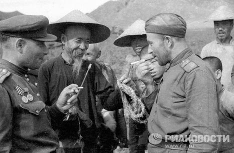 Солдаты разговаривают с местными жителями. Забайкальский фронт, апрель 1945 года