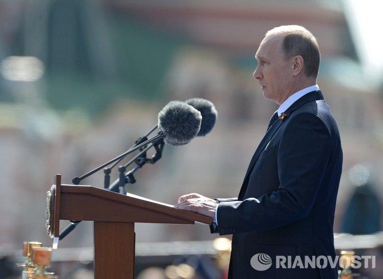 Президент Российской Федерации Владимир Путин выступает во время военного парада в ознаменование 70-летия Победы в Великой Отечественной войне