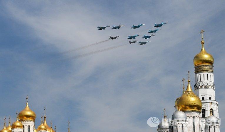 Истребители-бомбардировщики Су-34 и многоцелевые истребители Су-27 и МиГ-29 во время военного парада в ознаменование 70-летия Победы в Великой Отечественной войне