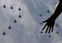Многоцелевые истребители МиГ-29 и штурмовики Су-25 во время Парада Победы в Москве