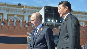 Президент России Владимир Путин и председатель Китайской Народной Республики Си Цзиньпин перед началом военного парада в ознаменование 70-й годовщины Победы в Великой Отечественной войне