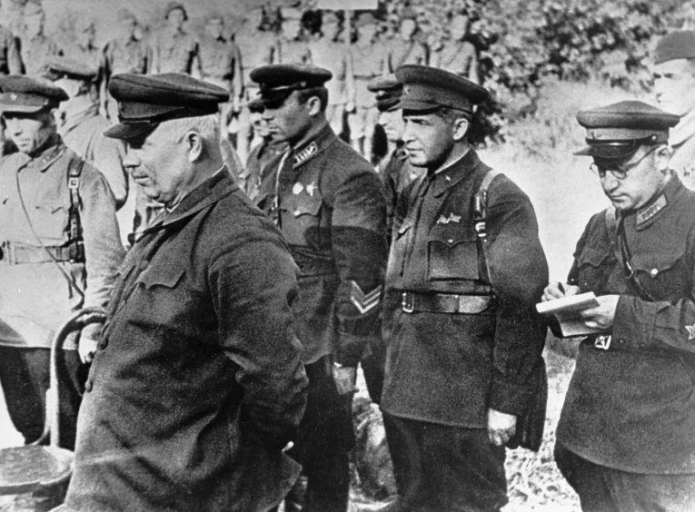 Никита Хрущев с танкистами 133-й танковой бригады