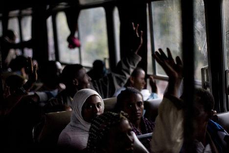 Мигранты из Эфиопии отправляются на автобусе в Израиль