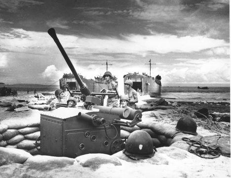 Матросы Береговой охраны США на острове Биак в 1944 году