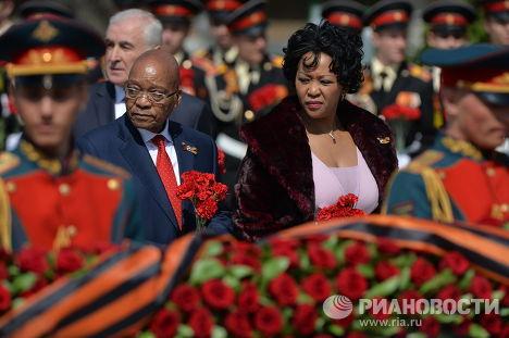 Президент ЮАР Джейкоб Зума с супругой на церемонии совместного возложения цветов к Могиле Неизвестного солдата в Александровском саду
