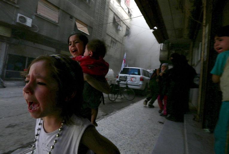 Четырехлетняя Хазаль и ее сестра Джуди в городе Дума во время авиаудара