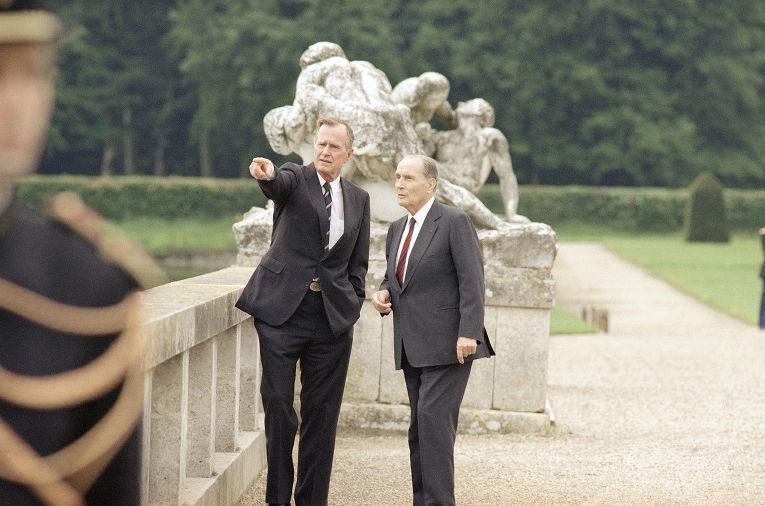 Президент США Джордж Буш и президент Франции Франсуа Миттеран во время встречи в Париже в июле 1991 года