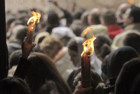 Христианские паломники в храме Гроба Господня в Иерусалиме