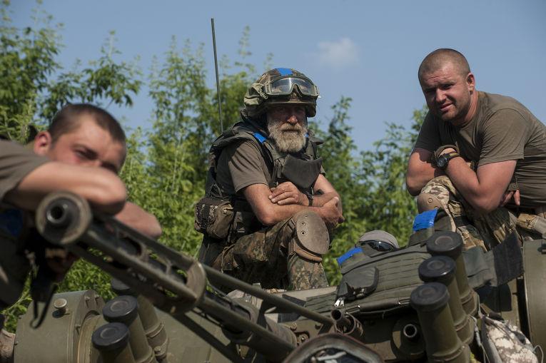 Украинские военные на окраине Марьинки в Донецкой области