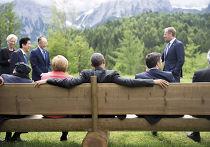 Ангела Меркель и Барак Обама сидят на скамейке у замка Эльмау во время саммита G7