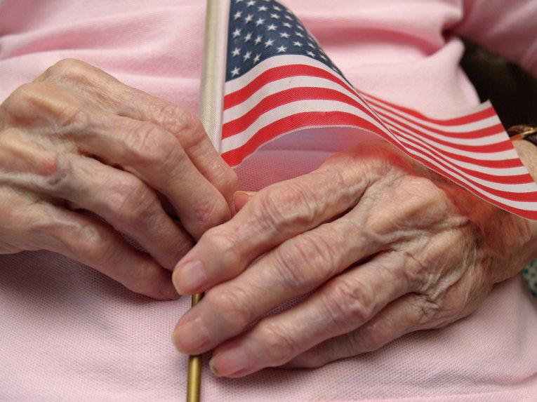 Пожилая женщина с флажком США