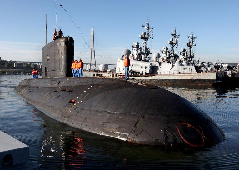 """Дизельная подводная лодка """"Краснокаменск"""" проекта 877 во время швартовки в главной базе Тихоокеанского флота во Владивостоке"""