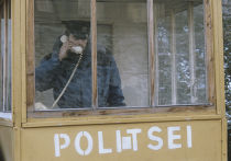 Пограничник на таможенном посту при выезде из Нарвы