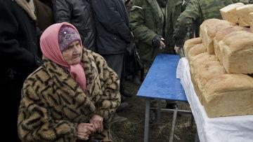 Ополченцы выдают хлеб жителям Чернухино