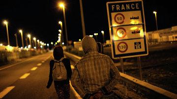 Мигранты на автомобильной дороге недалеко от Евротуннеля в городе Кале