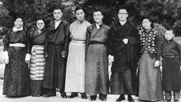 Далай-лама (третий справа) с семьей в Дели, 1956 год, слева направо: мать Далай-ламы, его старшая сестра, старший брат Тубтен Норду, старший брат, брат Гьяло Тондуп, младшая сестра, младший брат