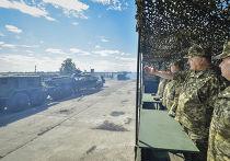 Президент Украины Петр Порошенко на церемонии передачи оружия и военной техники ВСУ на авиабазе в Чугуеве