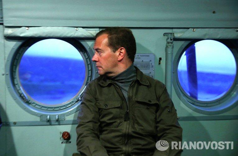 Председатель правительства России Дмитрий Медведев во время посещения острова Итуруп на Курилах