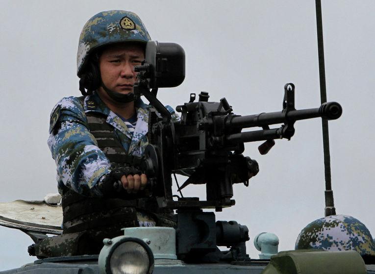 Китайский морской пехотинец во время высадки морского десанта
