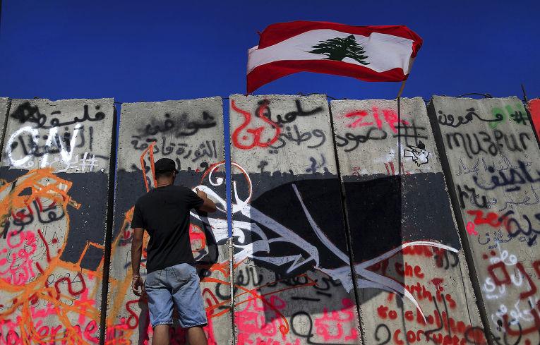 Бетонная стена у здания правительства в центре Бейрута