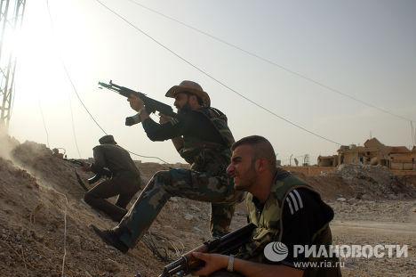 Сирийские военные и ополченцы ведут бой с боевиками ИГИЛ (запрещена в РФ) на окраине города Эль-Хасака (Хасеке) на востоке Сирии
