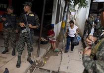 Военные патрулируют рынок в Тегусигальпе, Гондурас